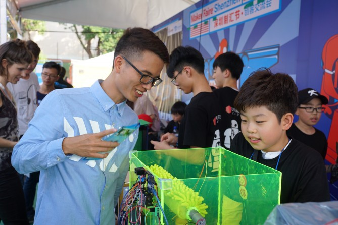 'Food Washer'를 개발한 김민재(보정초 4학년) 학생이 메이커페어에서 제작물 작동법을 설명하고 있다. - 이상아 제공